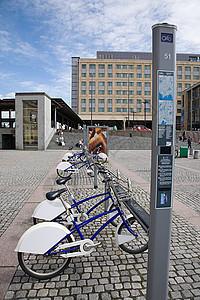 奥斯陆车站广场的自行车图片