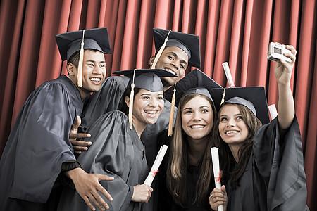 毕业的朋友图片