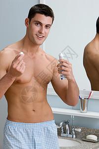 拿着一管牙膏的人图片