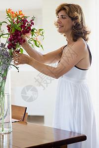 插花的女人图片