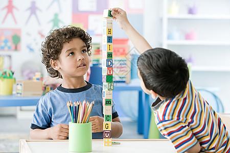两个玩积木的男孩图片