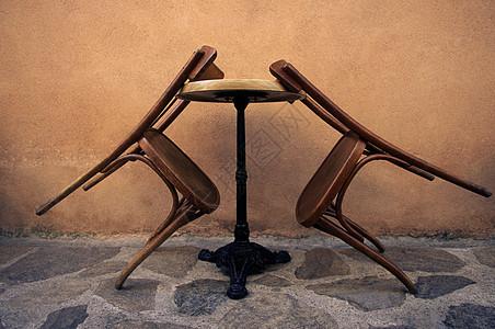 木椅靠在桌子上图片