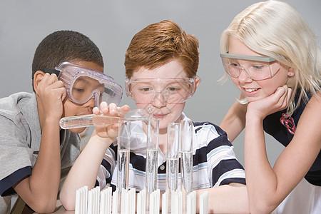 做实验的孩子图片