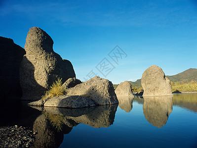 水中的岩石图片