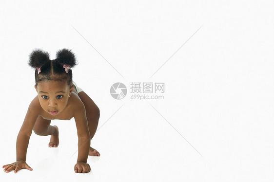 小女孩爬行图片
