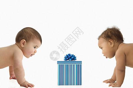 两个观察礼品盒的婴儿图片