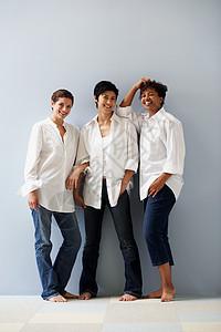 三个女人图片