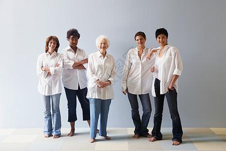 五个女人的肖像图片