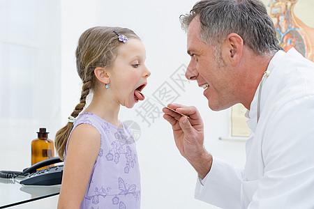 医生给女孩做检查图片