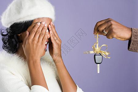 男人给女人惊喜的礼物图片
