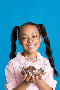 捧着存钱罐的女孩图片