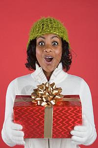 拿着礼物的女人图片
