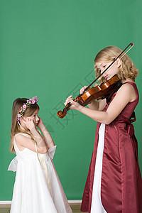 给妹妹拉小提琴的女孩图片