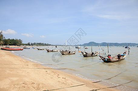 泰国普吉岛查龙湾附近的渔船图片