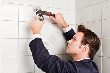 水管工固定淋浴头图片