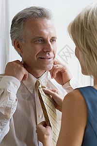 妻子帮丈夫调整领带图片