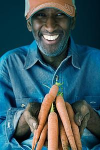 拿着胡萝卜的人图片