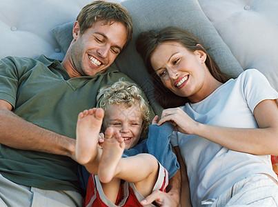 家庭放松和欢笑图片