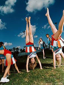 啦啦队员在球场上倒立图片