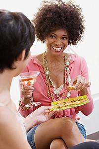 朋友们喝着开胃菜和鸡尾酒图片