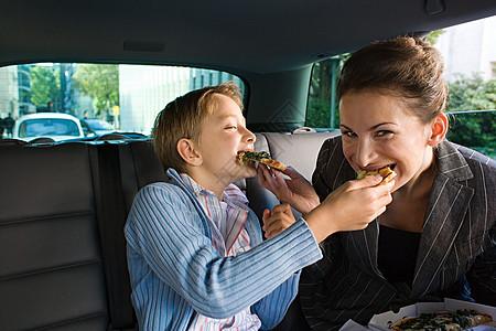 母子在车里吃饭图片