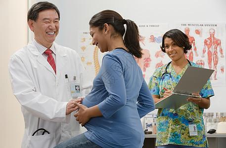 医生检查孕妇图片