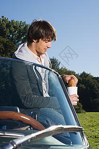 在敞篷车吃早餐的人图片