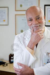 男性医生的肖像图片