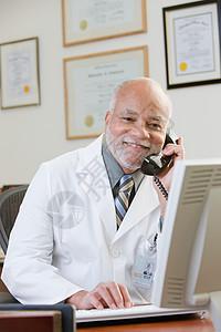 使用电话的医生图片