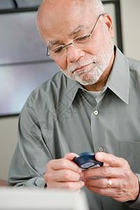 做家庭血糖测试的男人图片