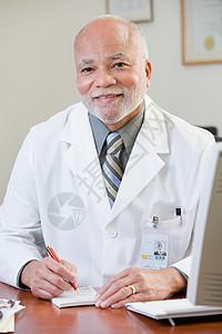 男医生的肖像图片