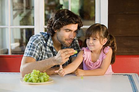 吃葡萄的父女图片