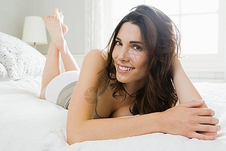 躺在床上的年轻女子图片