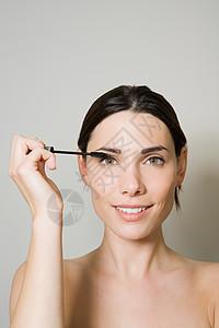 年轻女子涂抹睫毛膏图片