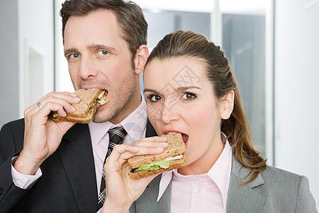 同事吃三明治图片