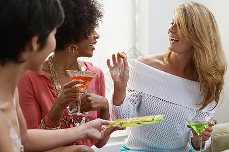 喝鸡尾酒和开胃菜的朋友图片