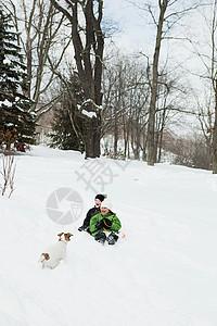 两个孩子在雪地里滑雪图片