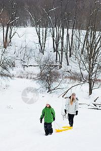 母亲和女儿在雪地里滑雪图片
