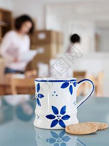 办公桌上的杯子和饼干图片