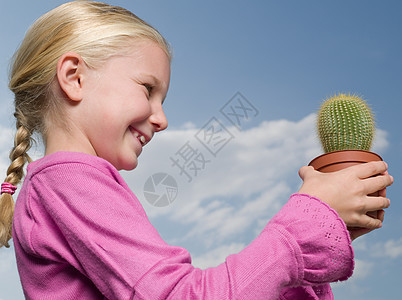 拿着仙人掌的女孩图片