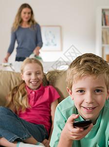 孩子们看电视图片