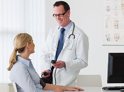 医生和病人交谈图片