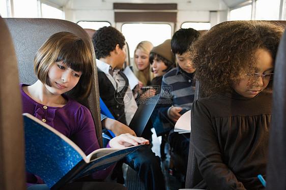 校车上的孩子图片