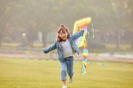 小女孩草坪上放风筝图片