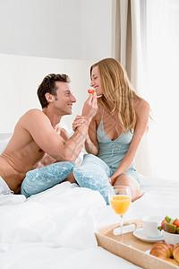 男喂女朋友吃东西图片