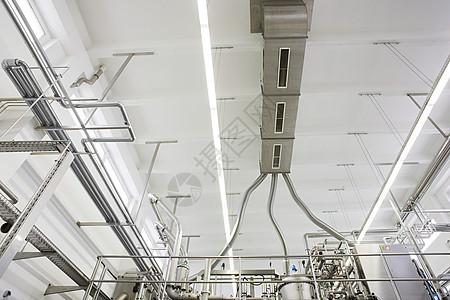 工厂天花板的低角度视图图片