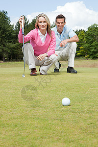 打高尔夫球的情侣图片