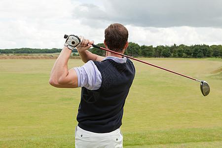 男性高尔夫球手的后视图图片