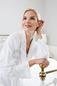 穿着浴衣的年轻女子图片