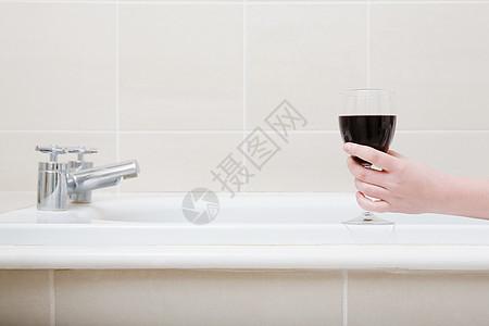 在浴缸里喝酒图片